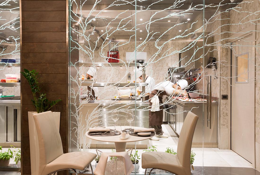 Arredamento per ristoranti idee di design e nuove for Arredamento cucina ristorante