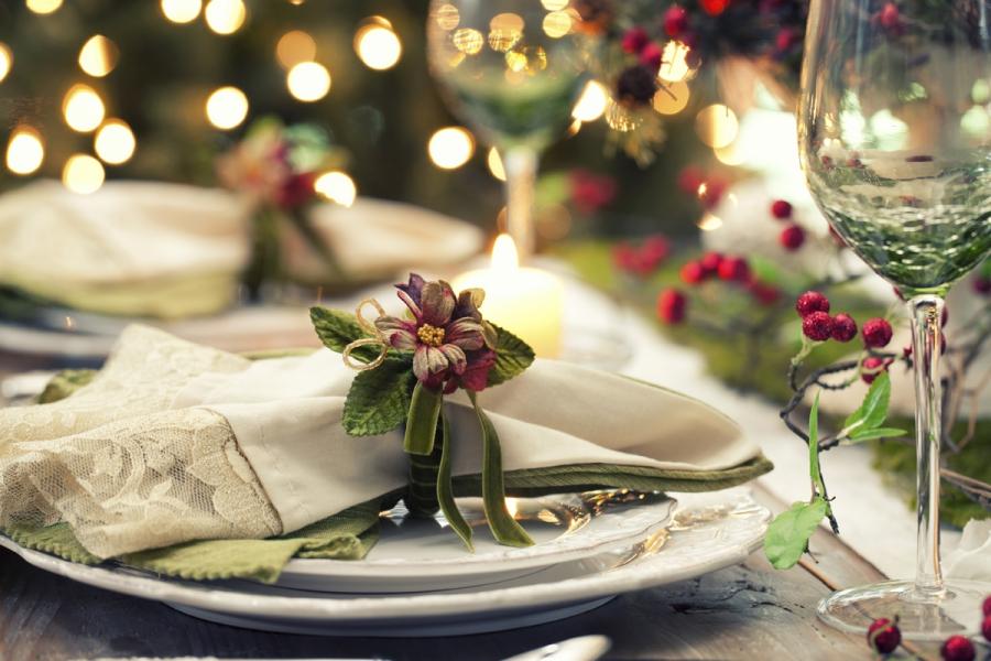 Mise en place di natale come allestire le tavole di hotel - Decorazioni natalizie tavola ...